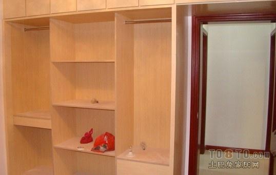免漆板是目前比较环保的制作家具、衣柜的材料;免漆板优点比较分明,要对比之后,觉得合适,楼主可自行选择。 免漆板优点: 1、使用安装比较方便,直接铺装就可以了;省工省时间。 2、免漆板表面无色差,光泽度很好。 3、板材含甲醛成分相对比较少,即相对较环保。 免漆板缺点: 1、免漆板身娇玉贵,受不了一点碰磕,一旦破损后,非常难修复。 2、使用寿命短,比较容易掉漆。 3、价格比较高,而且不上档次。 个人建议,面漆板做衣柜不耐用,相信楼主买衣柜,肯定不只用三五年的吧;建议去买其它材料的衣柜。