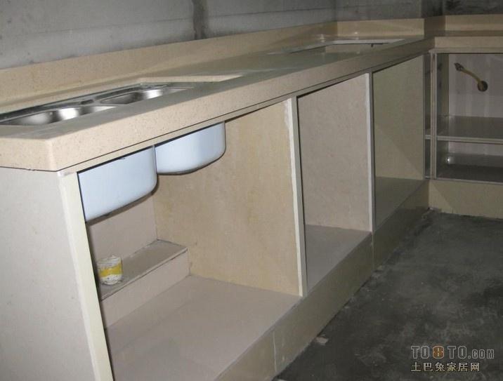 如果装修预算不多,可以选择水泥橱柜,做一个水泥橱柜比买一套整体橱柜价格要便宜的多; 目前市场上一套好点的整体橱柜价格至少过万;但是7平米的橱柜,两个师傅做一个水泥橱柜价格也就三四千元。 只要装修质量过关,自己制作水泥橱柜还是蛮划算的,但是如果师傅手艺不好,也麻烦,如果哪个地方有瑕疵,返工是很麻烦的; 以前在整体橱柜还没有流行的时候,水泥橱柜是很多家庭的首选,主要是水泥橱柜不但经济实惠,而且承重力超好,耐磨性强,用个20年都没问题。 并且水泥橱柜的每一个部件都是自己选材,质量也可靠放心;如果设计得好,也可以