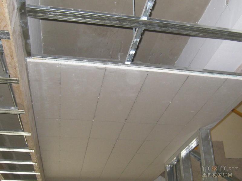 石膏板 (分为普通纸面石膏板(常用)、纤维石膏板、石膏装饰板《解释》) 它以石膏为主要材料,加入纤维、粘接剂、改性剂,经混炼压制、干燥而成。具有防火、隔音、隔热、轻质、高强、收缩率小等特点且稳定性好、不老化、防虫蛀,可用钉、锯、刨、粘等方法施工。广泛用于吊顶、隔墙、内墙、贴面板。纸面石膏板在家居装饰中常用做吊顶材料。石膏板以建筑石膏为主要原料,一般制造时可以掺入轻质骨料、制成空心或引入泡沫,以减轻自重并降低导热性;也可以掺入纤维材料以提高抗拉强度和减少脆性;又可以掺入含硅矿物粉或有机防水剂以提高其耐水性;