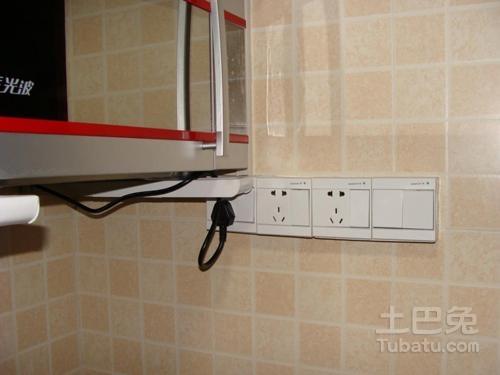 自从厨房装上这样的插座后,再也没有拔过插头了!
