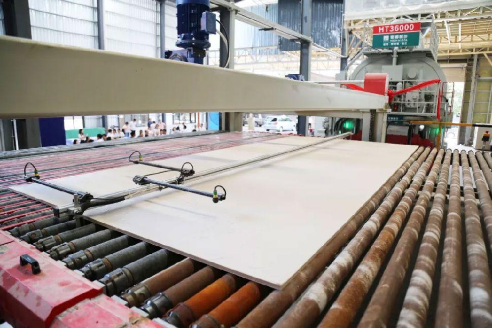 打破技术垄断:3.6米陶瓷大板在蒙娜丽莎投产