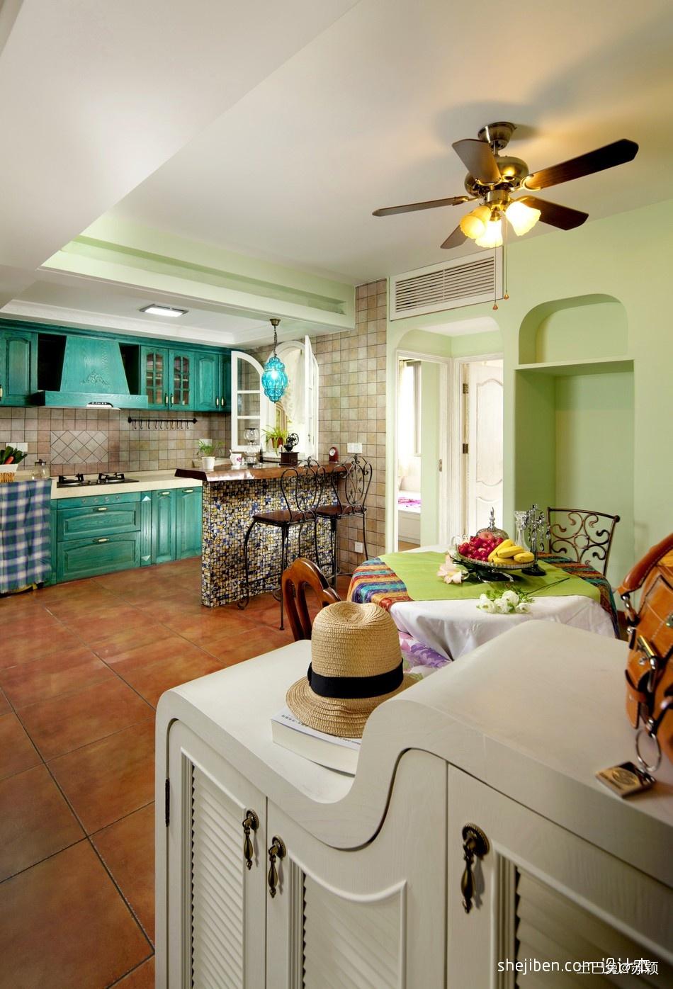 地中海风格开放式L型小面积家居厨房蓝色橱柜吧台客厅棕红色地砖装修效果图潮流混搭设计图片赏析
