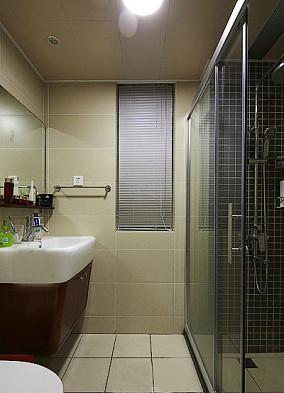 现代风格卫生间钢化玻璃隔断装修效果图