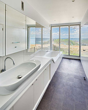 浅色调的简约风格家装卫生间效果图