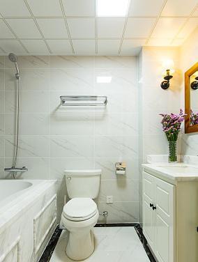 白色卫生间瓷砖