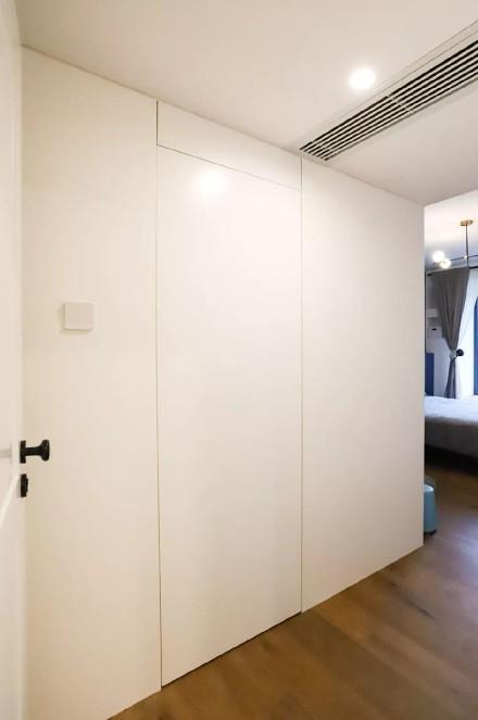 104㎡两室两厅彩墙撞色、挂满插画玄关1图