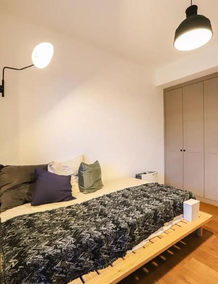 104㎡两室两厅彩墙撞色、挂满插画卧室