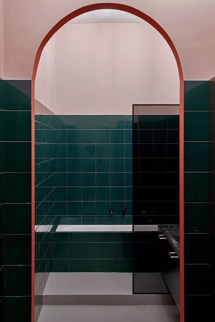 用纹理和色彩打造的时尚公寓卫生间