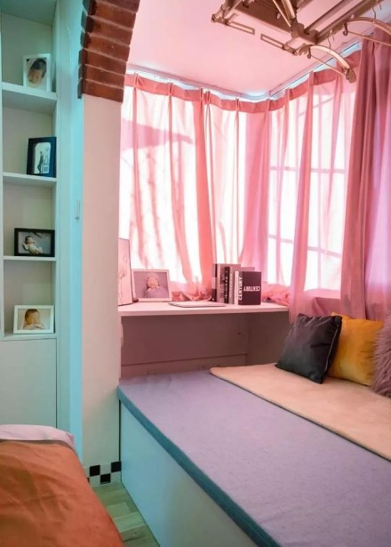 52平简约混搭风,营造多彩温馨二居室卧室