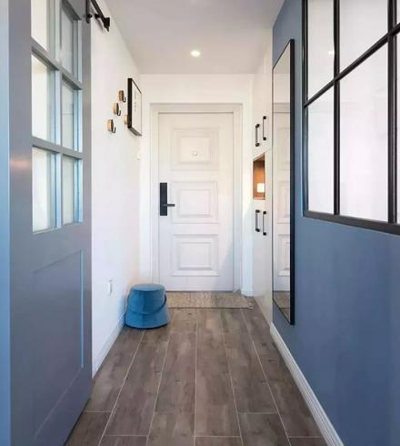 以蓝色作为主色调,简约又优雅的二居室玄关