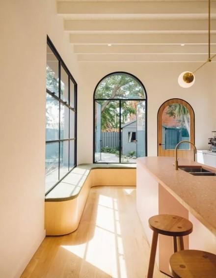 66㎡小户型改造旧屋:粉嫩色+暖调木客厅
