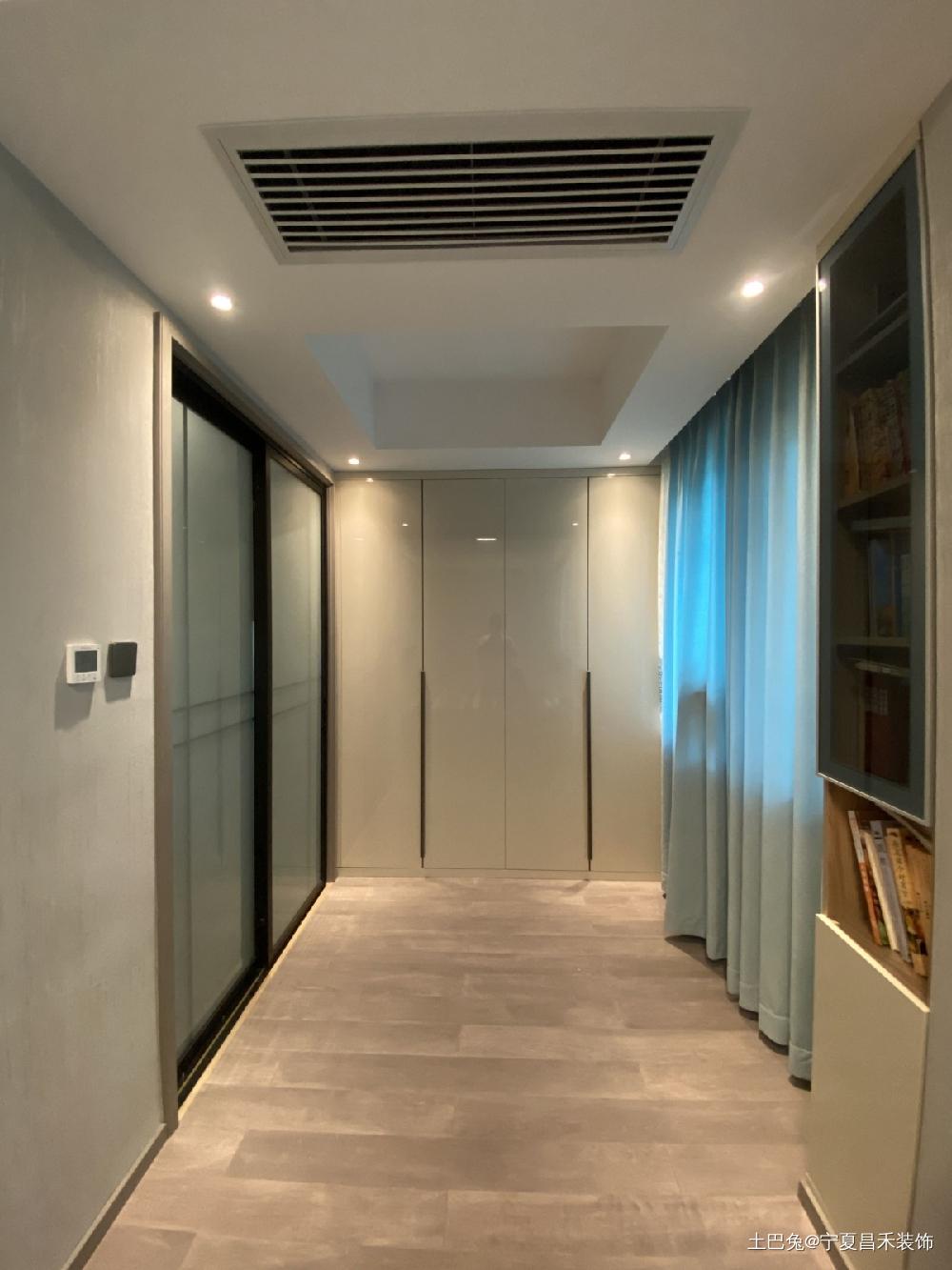 天山熙湖装修实景超大客厅+隐形门卧室现代简约卧室设计图片赏析