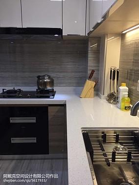 低调厨房门对卫生间门图片