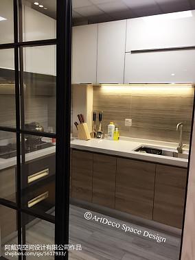 精美厨房门对卫生间门图片