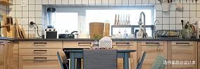 原木与灰绿撞色,一张方桌让厨房餐厅合体_3763726