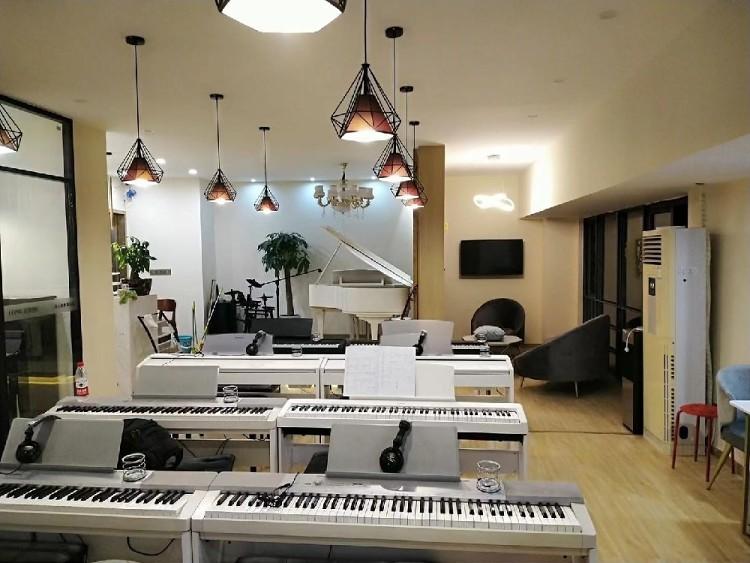 簡約鋼琴房,溫馨自然