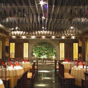 大厅通透宽敞,大厅采用青砖墙壁,青瓦屋檐及中式花格门营造四合院的图片